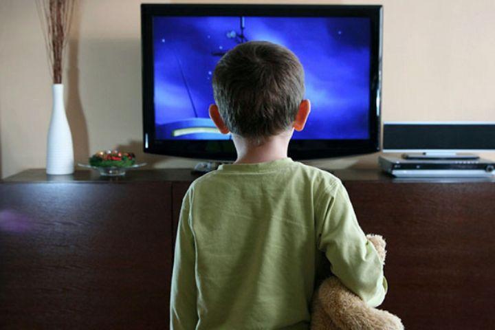 «سایه روشن» پاسخ می دهد: تماشای تلویزیون از فاصله نزدیک نشانه ضعیف بودن چشم کودکان است؟